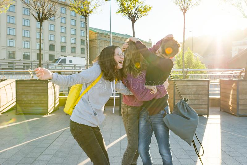 朋友有学校背包的少年学生,获得在途中的乐趣从学校 库存照片