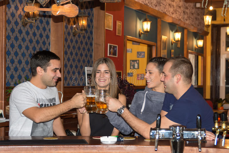 朋友有饮料在酒吧 库存图片