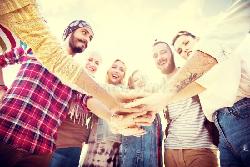 朋友杂乱的一团加入节日晚会小组概念 免版税库存图片