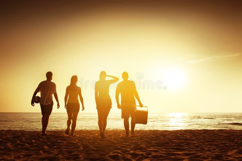 朋友海滩与材料的日落概念 库存照片