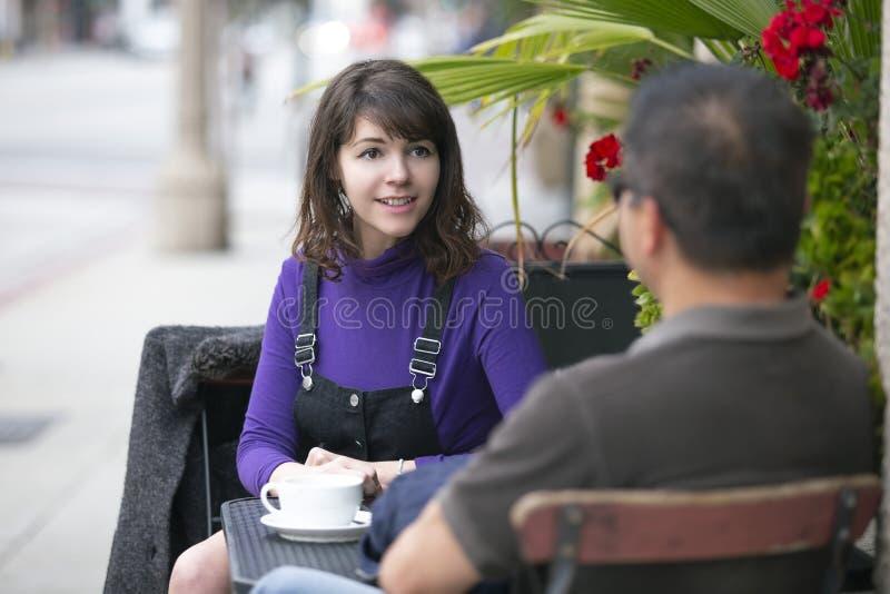 朋友消磨时间和咖啡一起在边路咖啡馆或结合在日期 库存图片