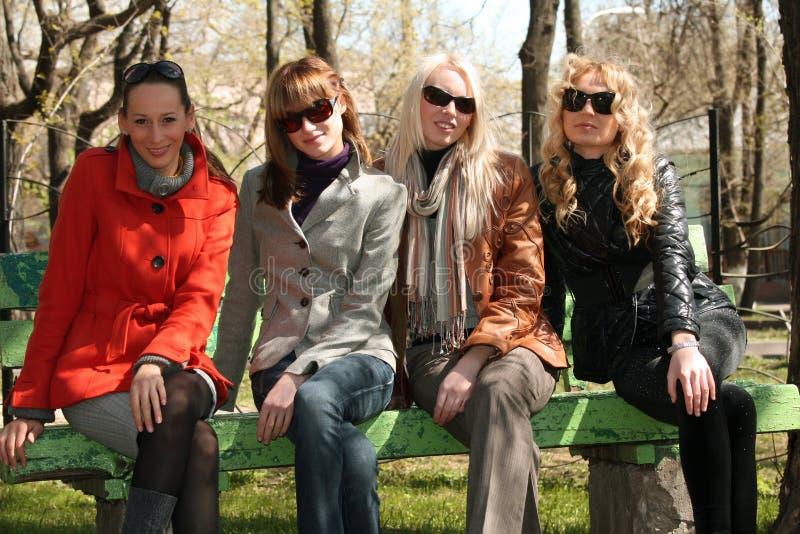 朋友组纵向妇女 免版税图库摄影