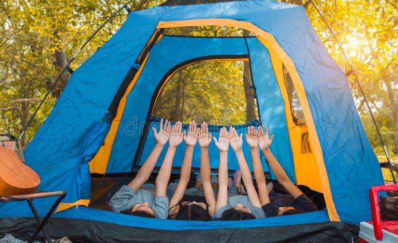 朋友编组帐篷野营的礼物的年轻亚裔妇女任何产品 库存照片