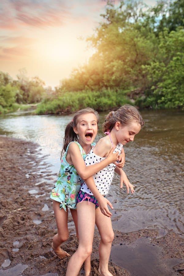 朋友获得乐趣在一个夏日 免版税库存图片