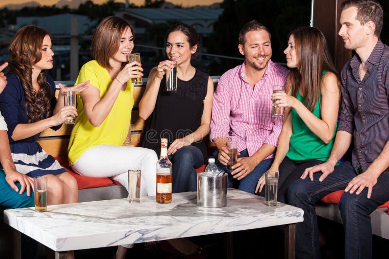 朋友获得乐趣在酒吧 免版税库存照片