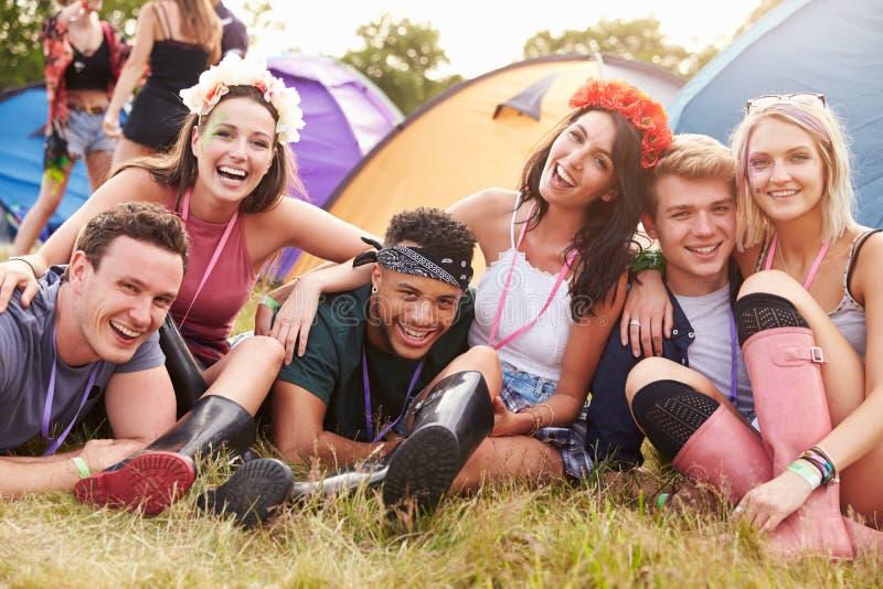 朋友获得在露营地的乐趣在音乐节 免版税库存照片