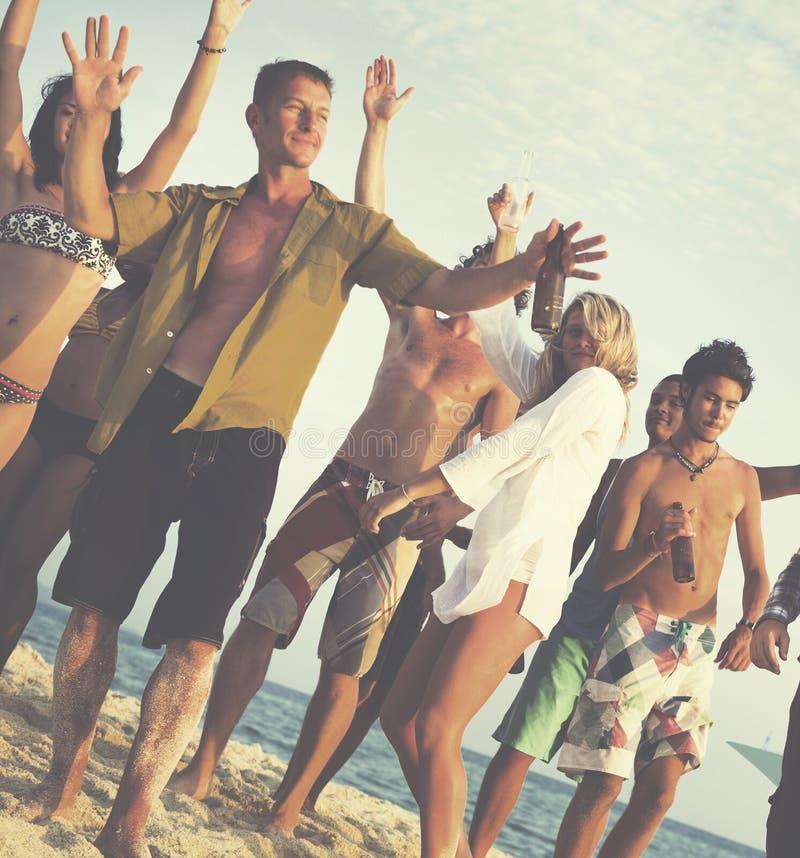 朋友跳舞快乐的概念的海滩党 免版税库存图片