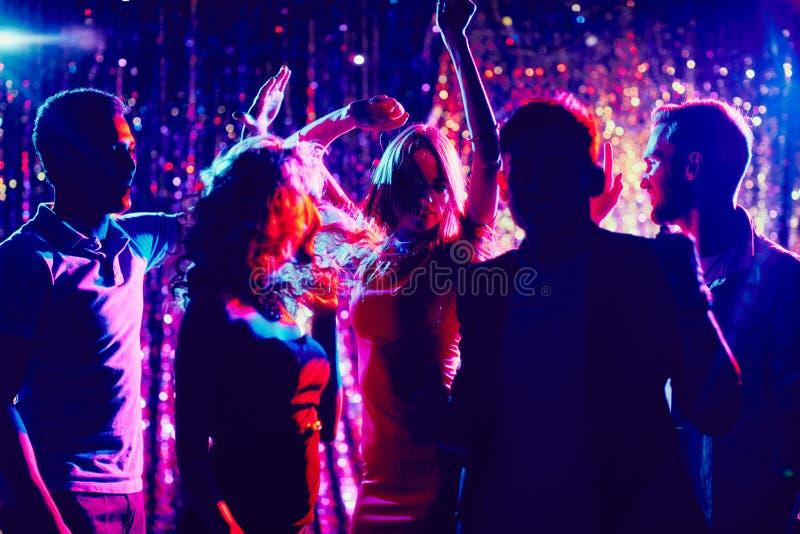 朋友跳舞 免版税库存图片