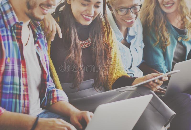 朋友连接数字式设备技术网络概念 库存图片