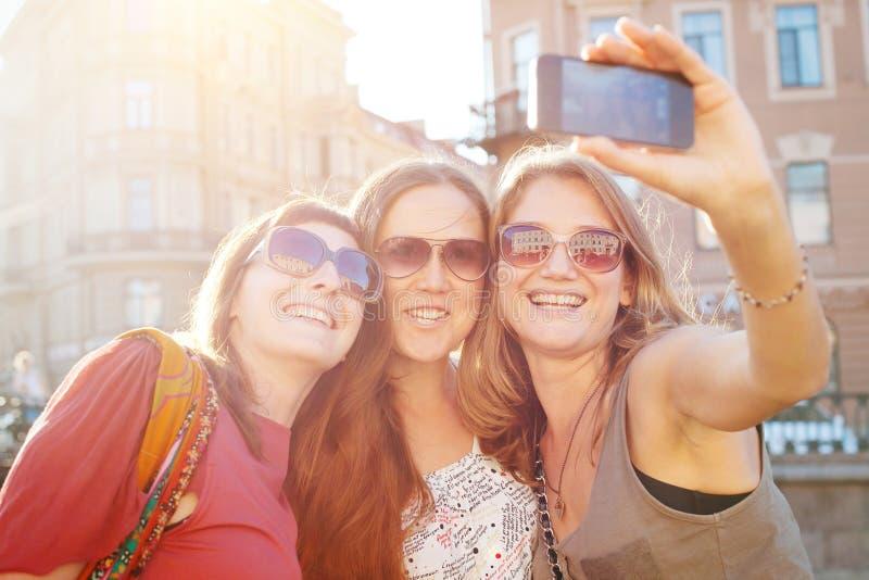 朋友采取selfy,学生到欧洲,女孩selfie旅行 图库摄影