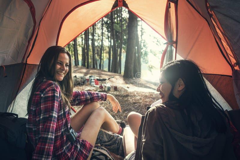 朋友野营的帐篷森林户外概念 免版税库存照片