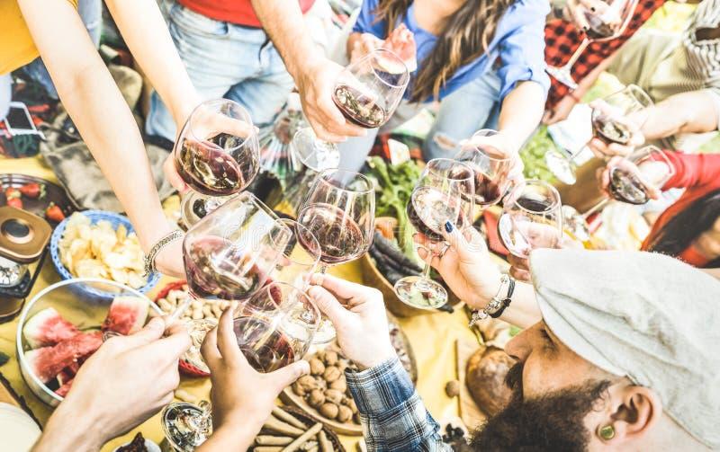 朋友顶视图递敬酒红葡萄酒玻璃在烤肉 库存照片