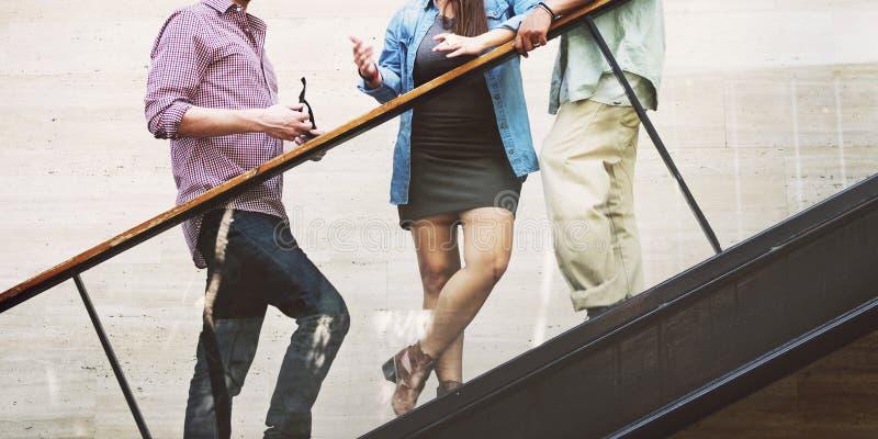 朋友饮料台阶成人生活方式概念 图库摄影