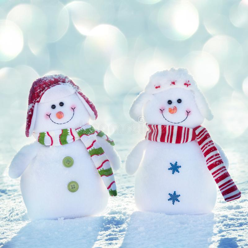 朋友 在雪的雪人 免版税库存图片
