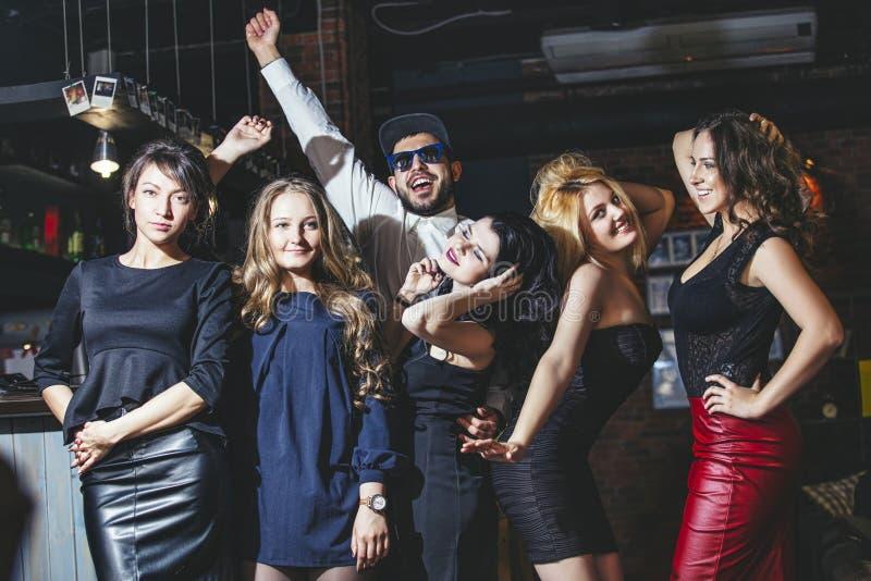 朋友年轻快乐的公司有俱乐部酒吧的跳舞的 免版税库存照片