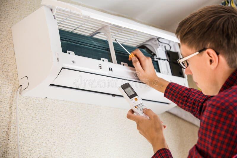 服务人是空调器维护  库存图片