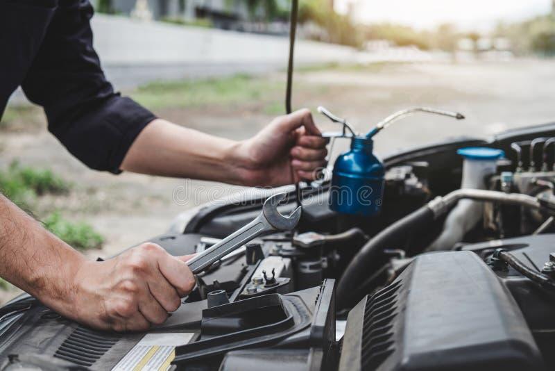 服务发动机机器概念,汽车修理工修理有板钳的安装工手一个发动机汽车车间 库存图片