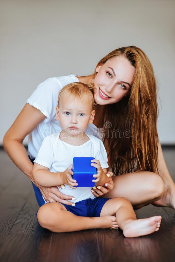 服务台前面她小的母亲儿子年轻人 库存照片