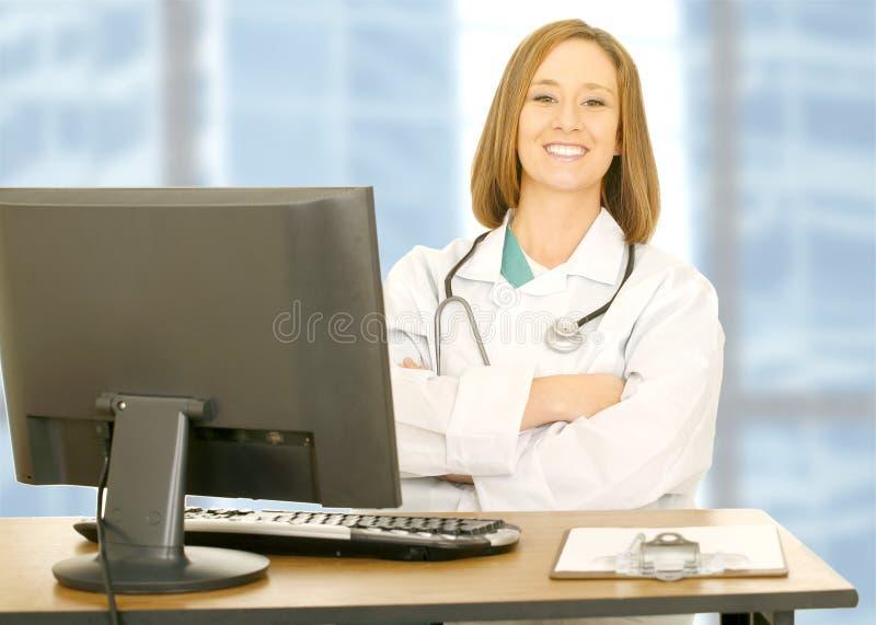 服务台医治她坐的妇女 免版税库存照片
