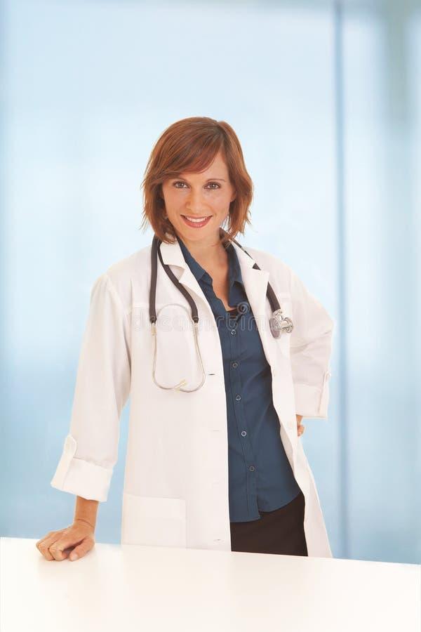 服务台医生倾斜的妇女 库存照片