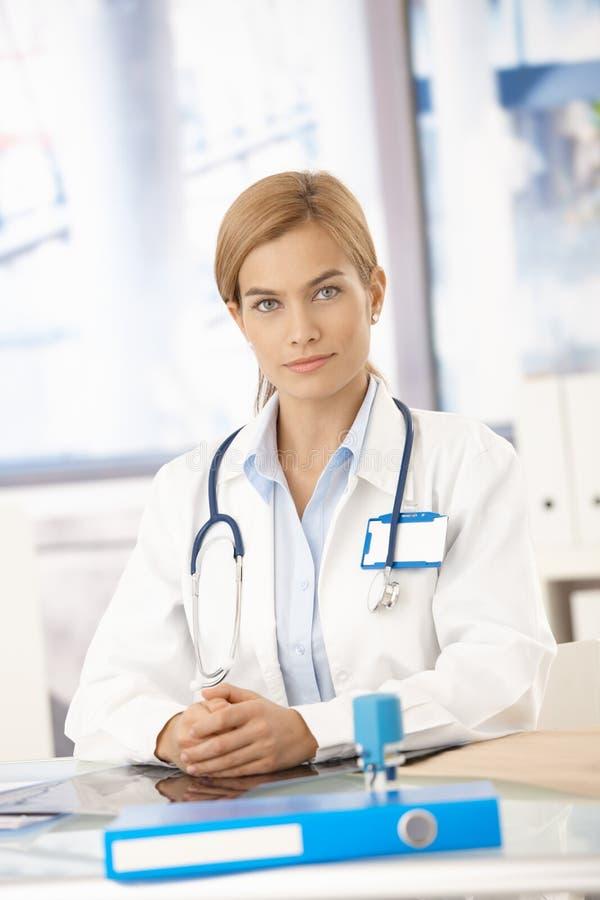 服务台医生女性坐的年轻人 免版税库存照片