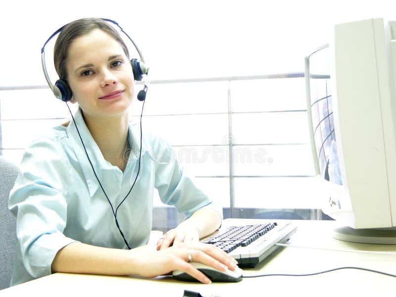 服务台女孩愉快的帮助 免版税库存图片