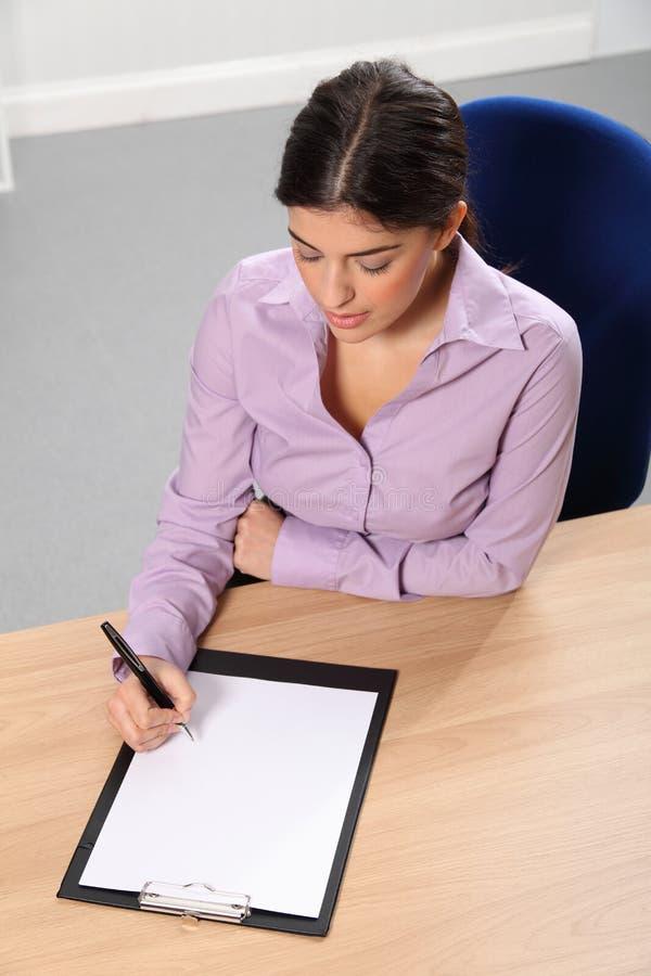 服务台她的办公室妇女运作的文字 库存照片