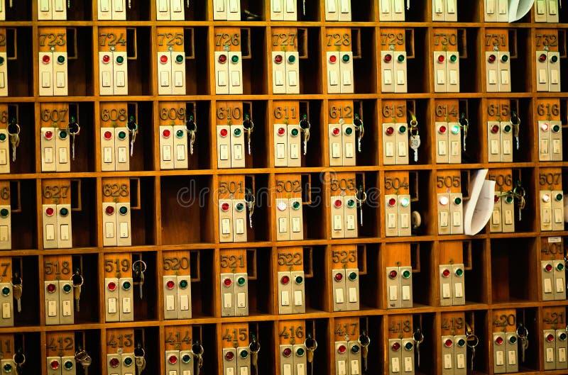 服务台重点前面旅馆关键字锁上机架行顶层葡萄酒 免版税库存照片