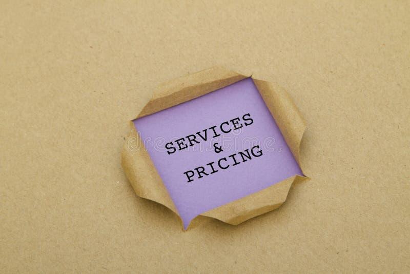 服务和定价被写在被撕毁的纸下 免版税库存照片