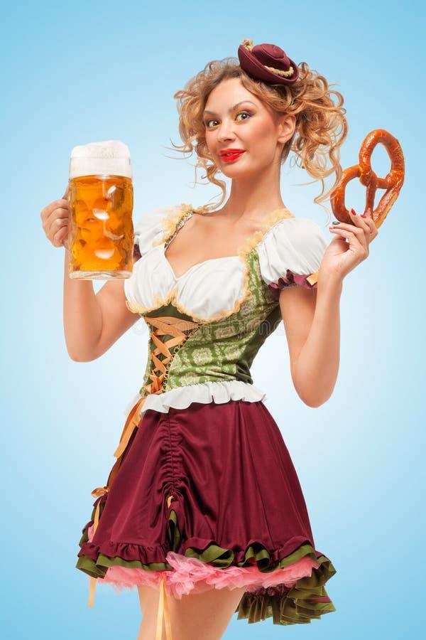 服务啤酒和快餐 库存图片