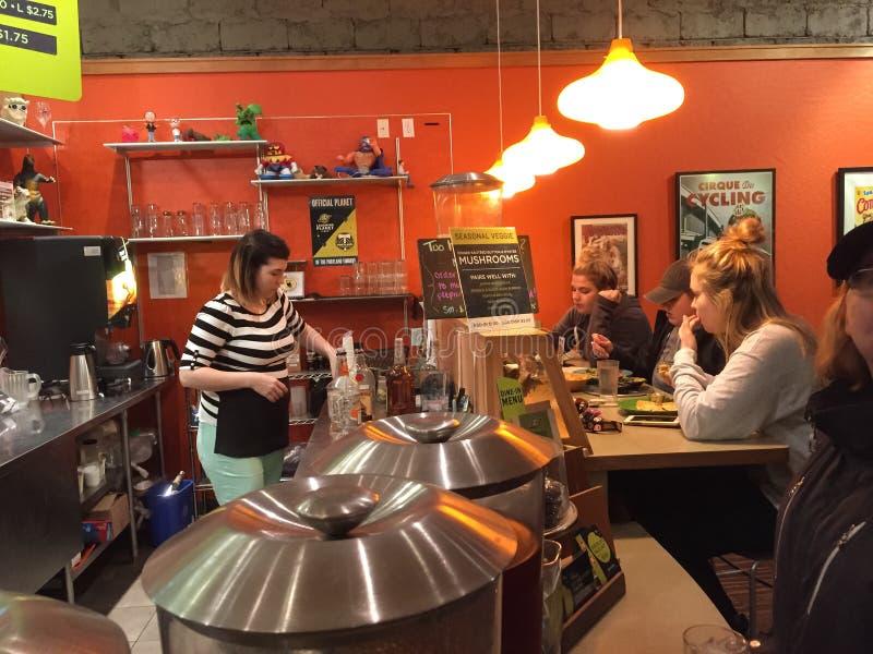 服务器在逆顾客等待在笑的行星餐馆在Corvallis,俄勒冈 免版税库存照片