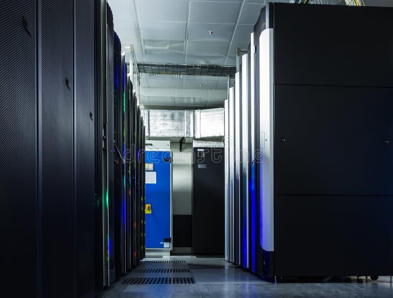 服务器室网络通信服务器群在服务器屋子 免版税库存照片