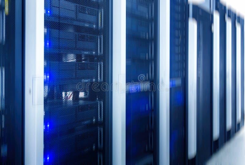 服务器室 网互联网和网络电信技术、大数据存储和云彩计算的计算机维护事务 库存照片
