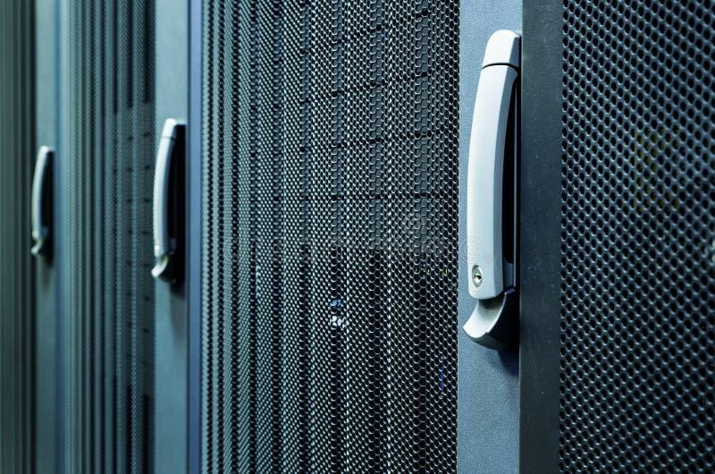 服务器硬件箱子服务器行在数据中心服务器室网络通信折磨成群,现代内部 免版税库存图片