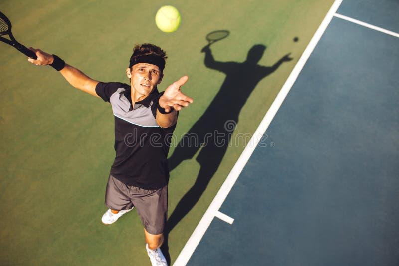 服务在比赛的网球员球 库存图片