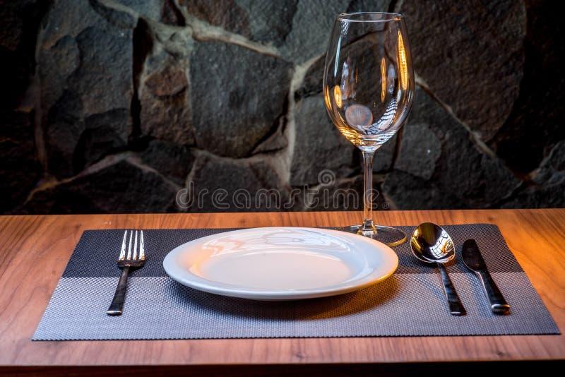 服务在没有食物的餐馆 免版税库存照片