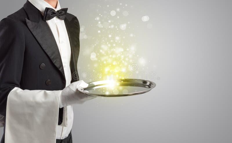 服务在盘子的侍者神奇光 免版税库存照片