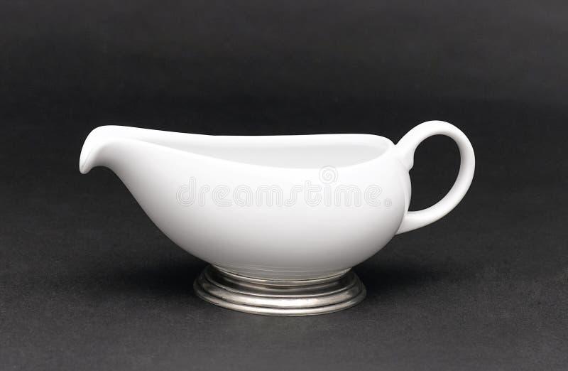 服务牛奶的瓷水罐 免版税库存图片