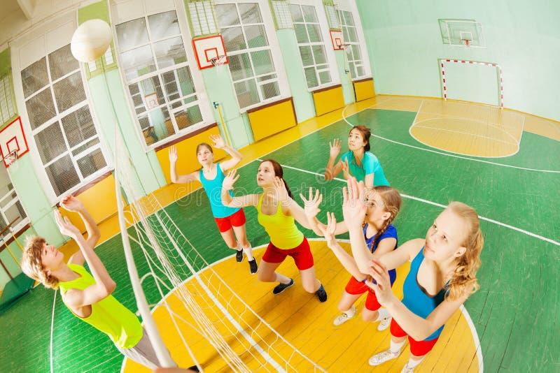 服务球的少年在排球比赛期间 库存照片