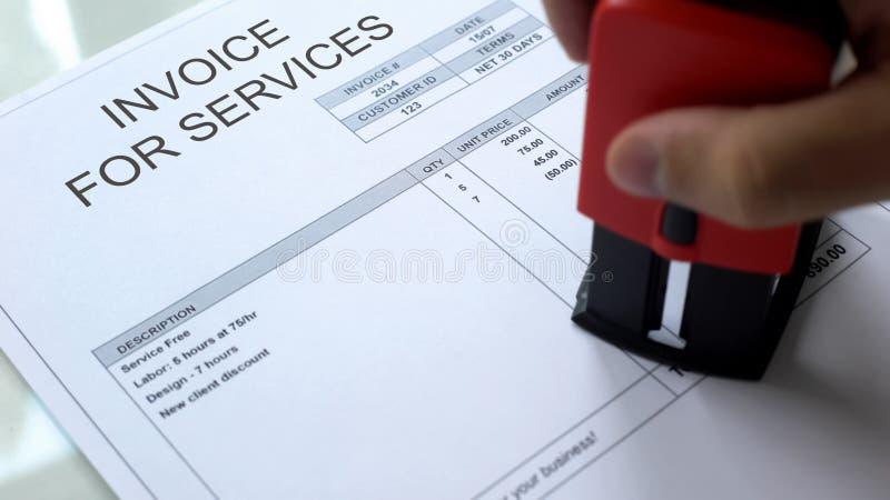 服务的发货票,盖印长方形封印的手在商用文件 图库摄影
