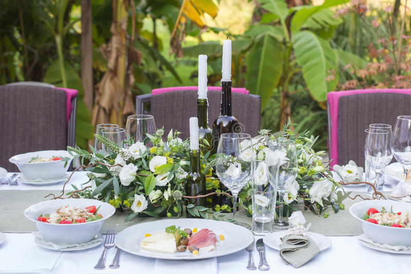 服务的和装饰的婚姻的桌 库存图片