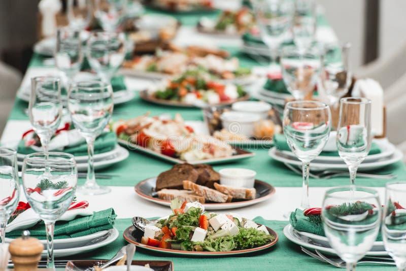 服务的新年或圣诞节桌特写镜头 豪华餐馆 免版税库存图片
