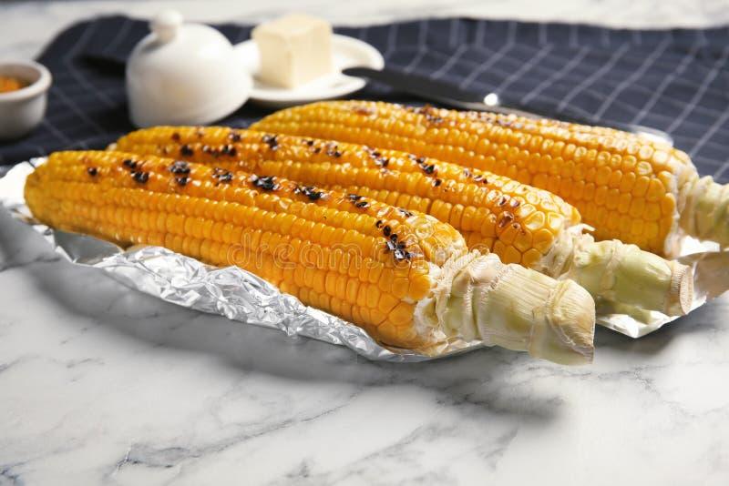 服务的新鲜的烤鲜美玉米棒子 免版税图库摄影