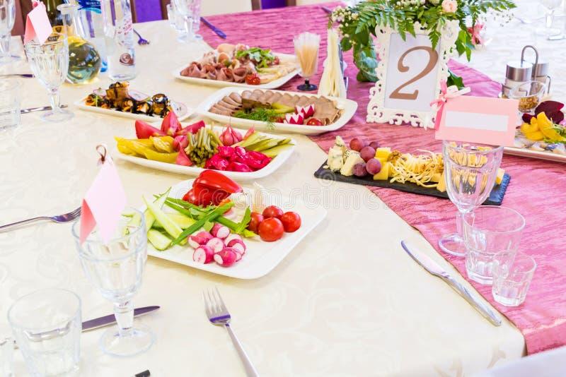 服务的桌在宴会的餐馆 快餐和纤巧在自助餐 免版税库存照片