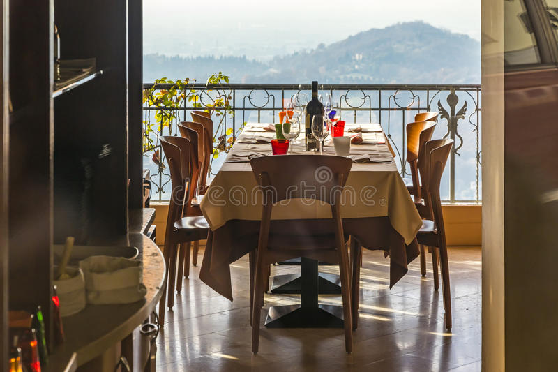 服务的桌在意大利餐馆 库存图片