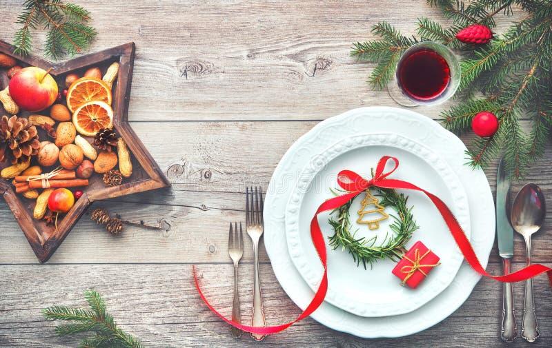 服务的饭桌典雅安排与圣诞节装饰 库存照片
