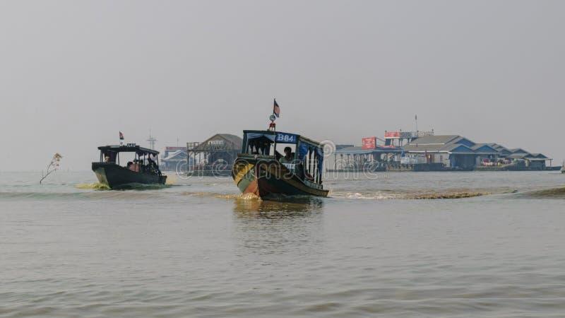 服务社区的河公共汽车在浮动镇在洞里萨湖 库存图片