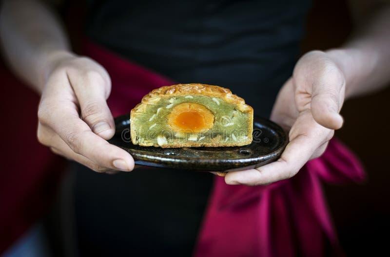服务繁体中文欢乐月饼酥皮点心des的女服务员 免版税库存照片
