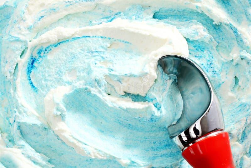 服务蓝色漩涡冰淇凌的红色被处理的瓢 免版税库存图片