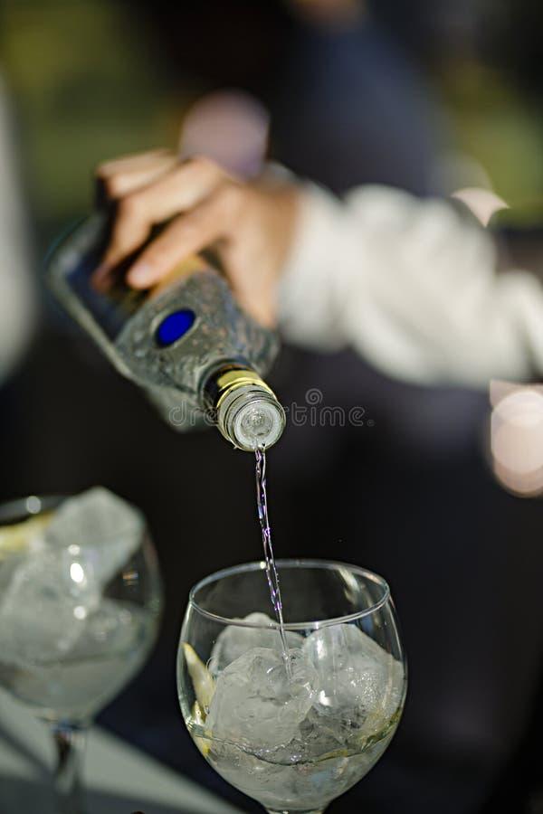 服务鸡尾酒的侍者 库存照片